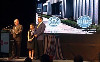 Ulises Treviño, director de Bioconstrucción y Energía Alternativa, recibiendo premio por parte de representantes de SUMe y USGBC