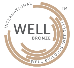 Logotipo de Certificación WELL V2 nivel bronce avalado por el International Well Building Institute que es obtenido al cumplir mínimo 40 puntos y es exclusivo de los proyectos WELL Core.