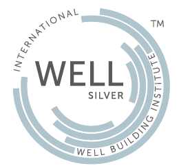 Logotipo Certificación WELL nivel plata avalado por el International Well Building Institute que es obtenido al cumplir el 100% de las precondiciones de su tipiología.